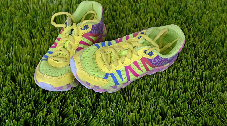 zapatillas en cesped