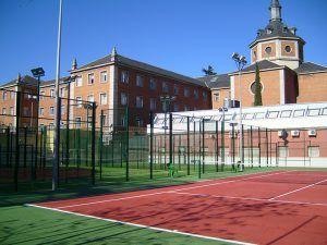 Cesped artificial en pista de tenis