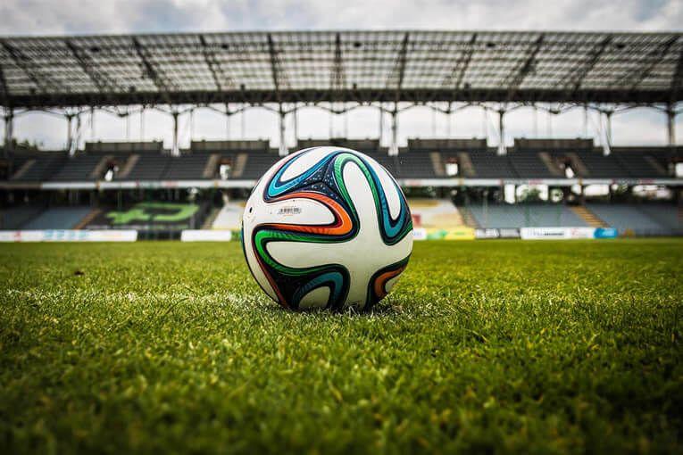 Balón de futbol en un cesped artificial